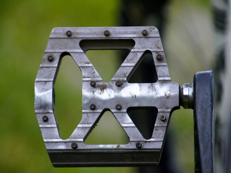 flat pedal vs clipless pedal