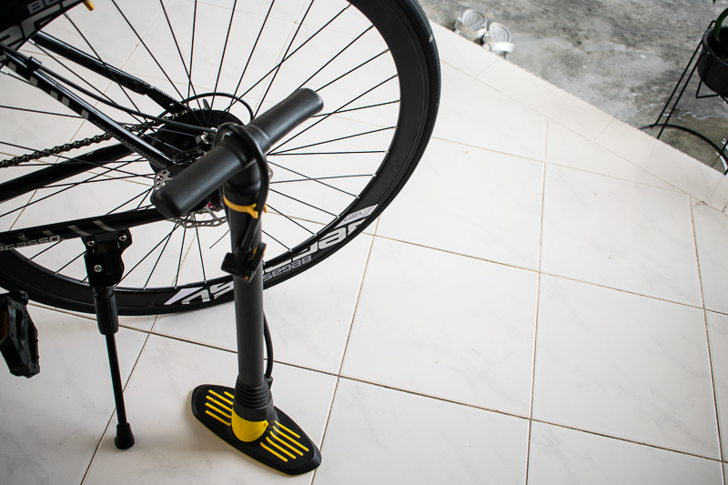 how to pump bicycle tyre air